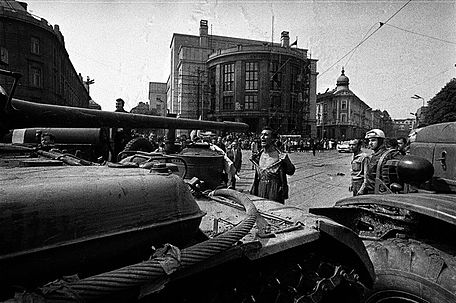 Man_in_front_of_a_Tank_Czechoslovakia_1968
